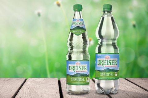 Regionale Produkte: Dreiser Sprudelflaschen auf einem Holzsteg